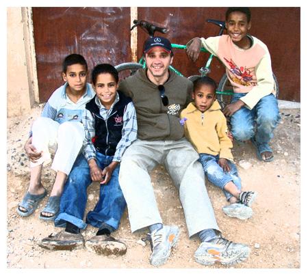DJ Notorius en la escuela de Zouala, Er-Rachidia, (Marruecos). 26.03.10