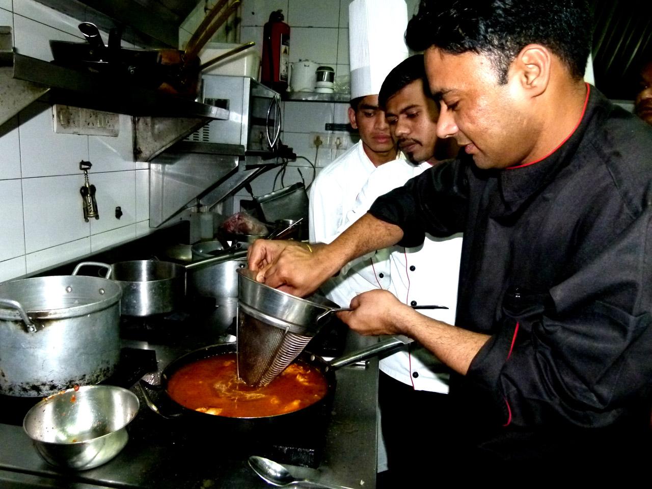 Cocinando una paella con el chef del Cibo