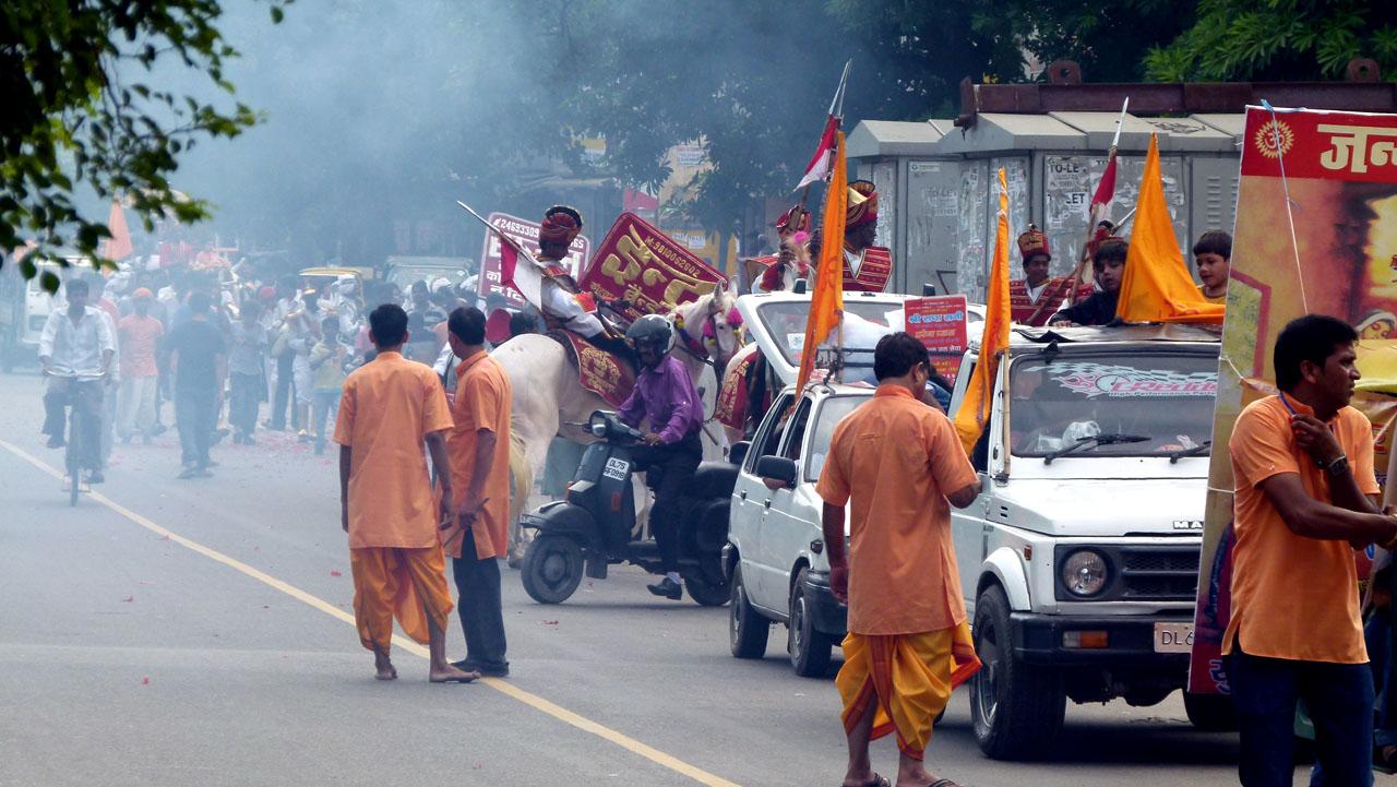 La charanga delhinesa, acompañando a Ganesha