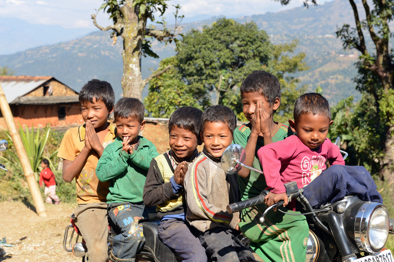 niños nepalíes Royal Enfield