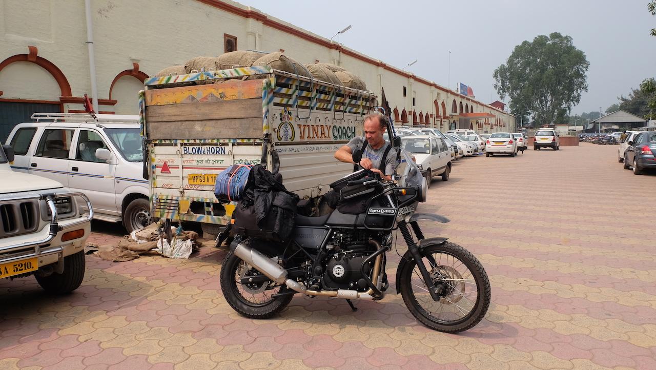 Vuelta a casa en New Delhi, Thikana, «el lugar al que pertenezco».