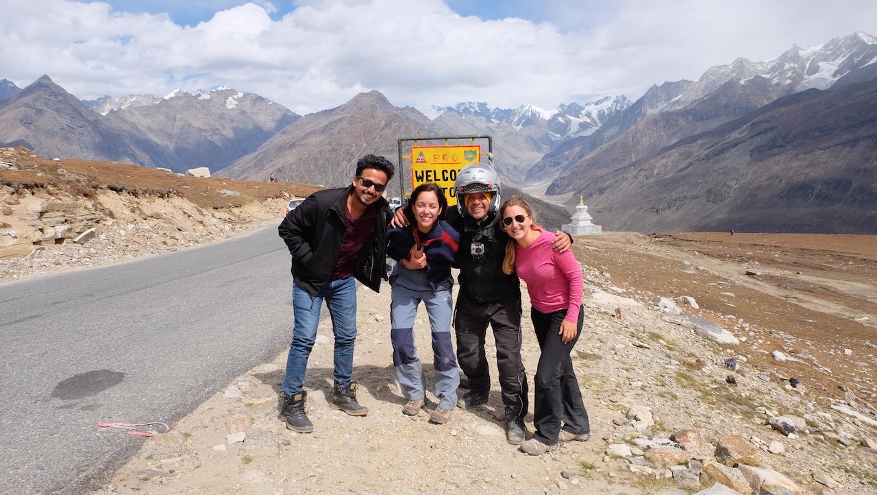 Con Marta atrás al suelo en el Himalaya