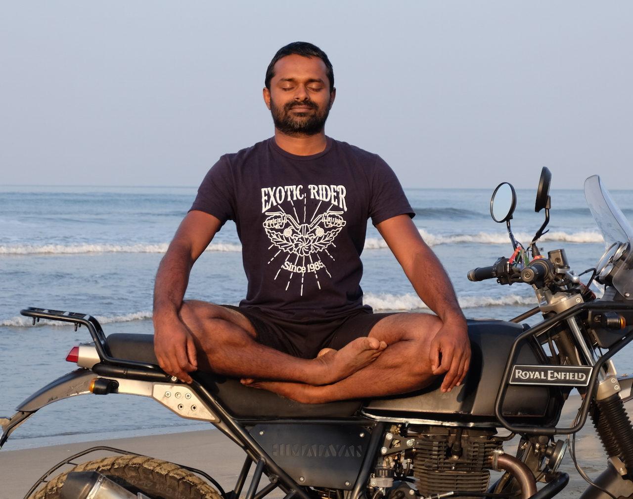 Estirar el cuerpo en pleno viaje en moto